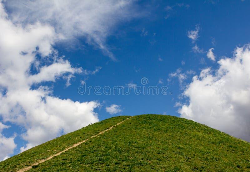 Wege und Hügel gegen den blauen Himmel stockfotos