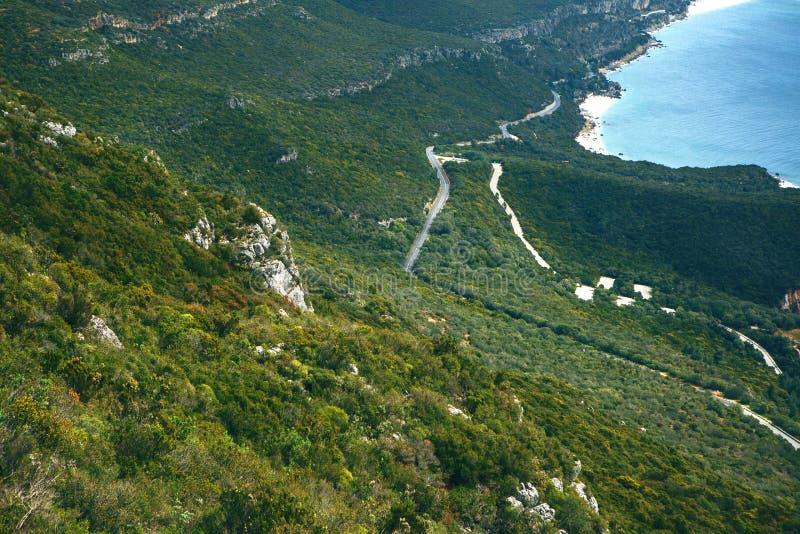 Wegen langs de kust van Portugal door de Atlantische Oceaan wordt gewassen die Mooie meningen van de Atlantische Oceaan, het bos  royalty-vrije stock afbeeldingen