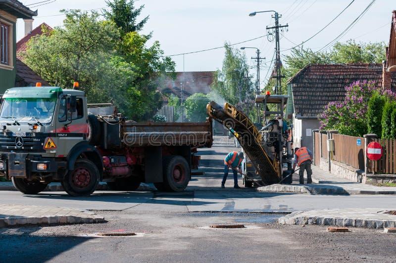 Wegenbouwarbeiders die de straat schoonmaken stock afbeeldingen