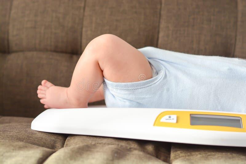 Wegende babyjongen op schaal stock afbeeldingen