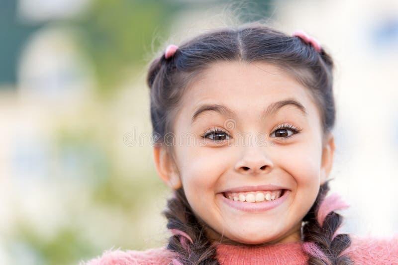 Wegens uw glimlach, maakt u het leven mooier Aanbiddelijk Meisje met Grote Glimlach Het glimlachen van jong geitje met witte gezo royalty-vrije stock foto
