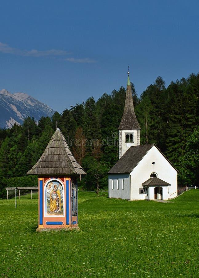 Wegkantheiligdom en kapel in Alpiene weide stock fotografie