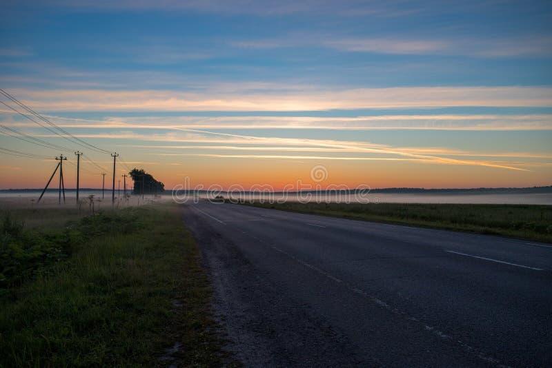 Wegmanier om onder Blauwe Hemel in Dawn Early Morning te vertroebelen royalty-vrije stock afbeelding