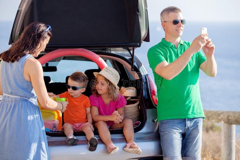 Wegreis, de vakantie van de familiezomer stock afbeeldingen