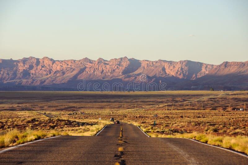 Wegrek in de horizon bij zonsondergang, Arizona, de V.S. royalty-vrije stock foto's