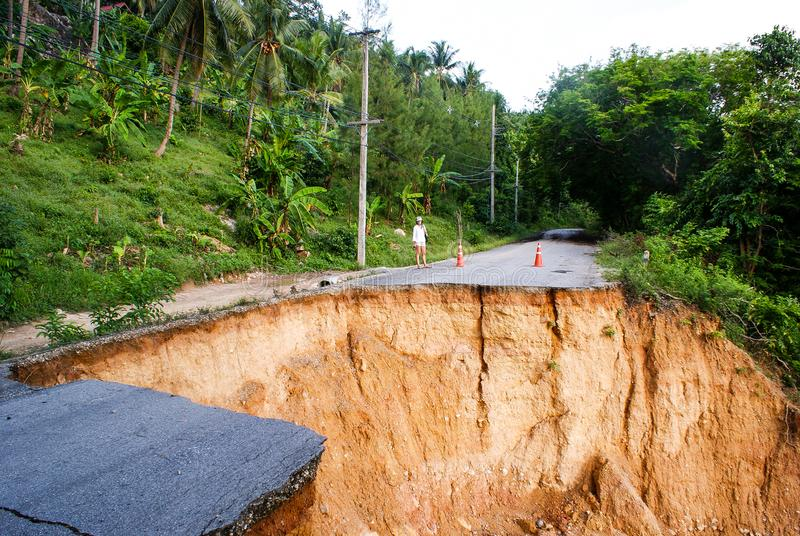 Wegspoeling: de regenvloed beschadigde slecht uitgewassen weg in Thailand royalty-vrije stock afbeelding