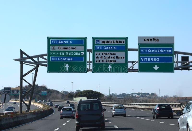 Wegverbinding in de Italiaanse weg en aanwijzingen aan ROME en stock fotografie