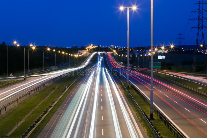Wegverkeer bij de avond Vervoer, vervoer stock foto's