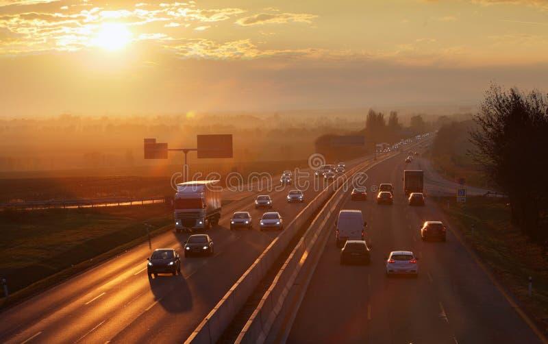 Wegvervoer met auto's en Vrachtwagen stock afbeeldingen