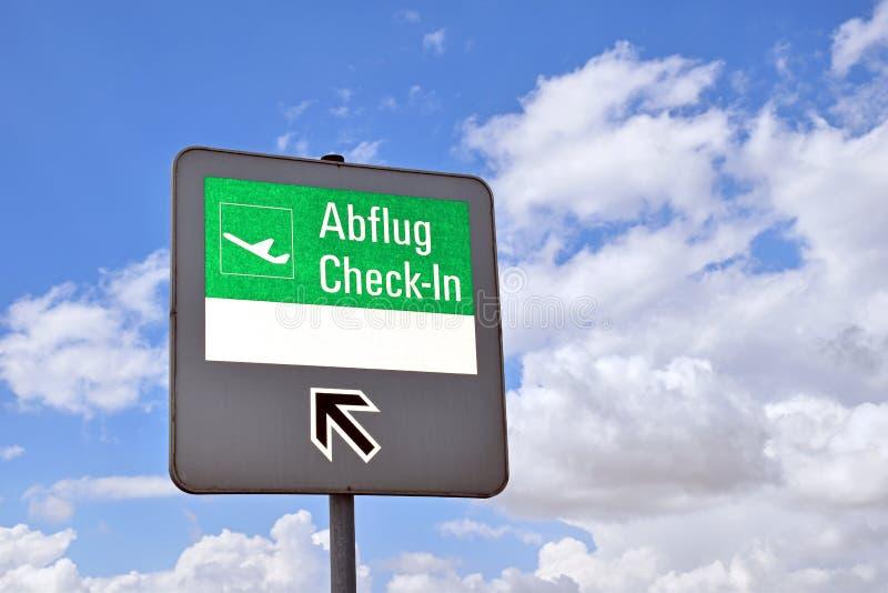 Wegweiser auf dem Abfertigungsbereich eines Flughafens, mit leerem weißem Bereich für die selbst-Kennzeichnung lizenzfreies stockbild