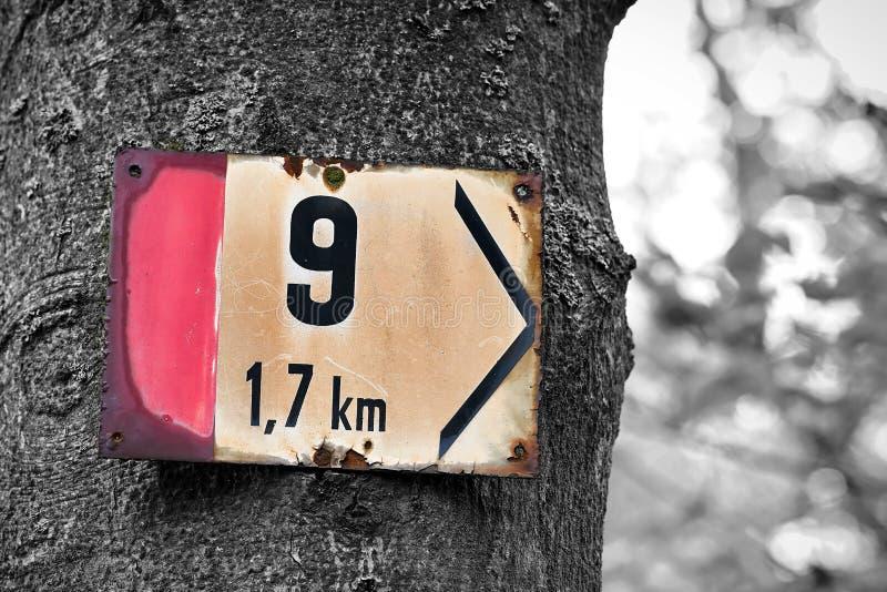 Wegweiser auf einem Wanderweg in Karlovy Vary lizenzfreies stockfoto