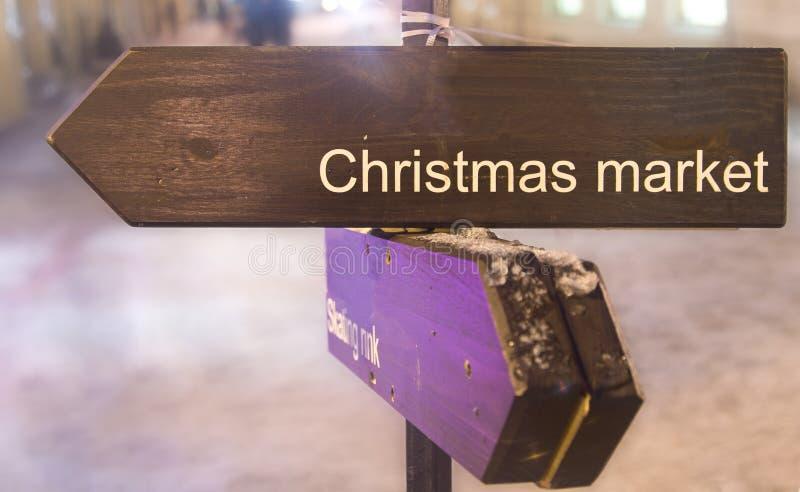 Wegweiser, der auf Weihnachtsmarkt zeigt stockfotos