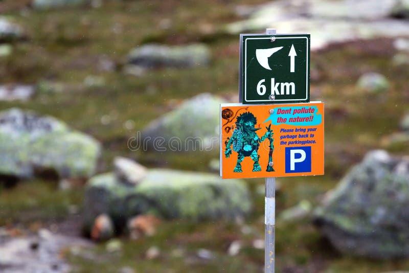 Wegweiser, der Richtung zu Trolltunga, Norwegen zeigt stockfotografie