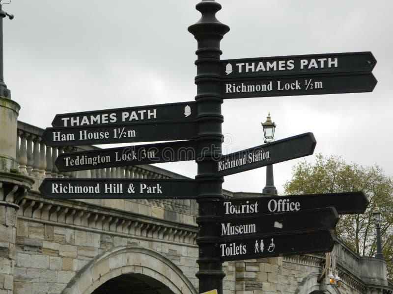 Wegweiser durch Richmond nach Themse-Brücke in London stockbilder