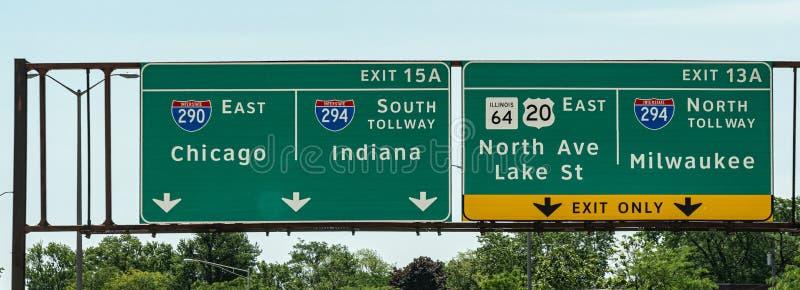Wegweiser nach Chicago Milwaukee und Indiana - Straßenphotographie stockbild