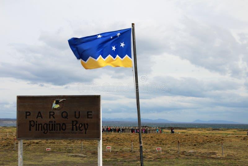 Wegweiser und Flagge am Eingang von König Penguin Park, Parque Pinguino Rey, Patagonia, Chile lizenzfreies stockbild