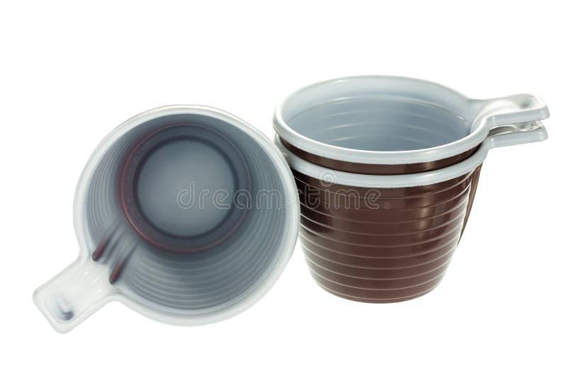 Wegwerfbare braune Plastikkaffeetassen lizenzfreie stockfotografie