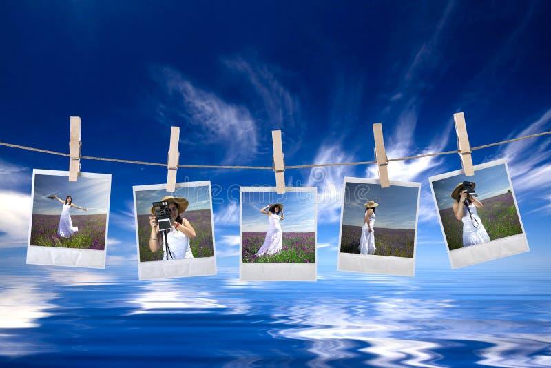 Wegwerfbare Fotofelder, die im Seil hängen stockbild