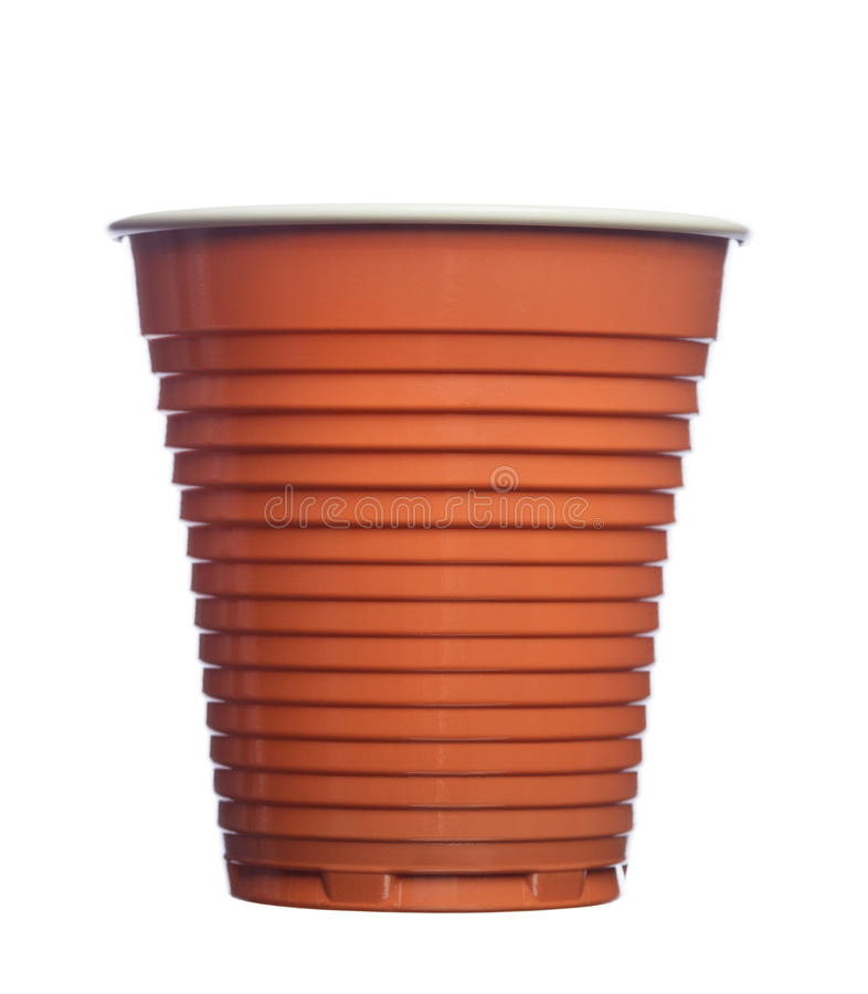 Wegwerfbraune Plastikkaffeetasse lokalisiert auf weißem Hintergrund stockbild
