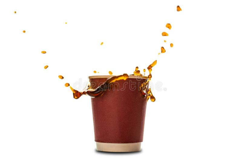 Wegwerfpapierschalen mit dem Kaffeespritzen lokalisiert auf Weiß lizenzfreies stockbild