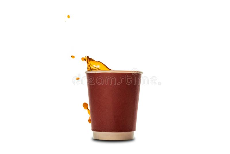 Wegwerfpapierschalen mit dem Kaffeespritzen lokalisiert auf Weiß stockbild