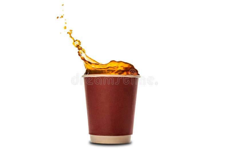 Wegwerfpapierschalen mit dem Kaffeespritzen lokalisiert auf Weiß stockfotos