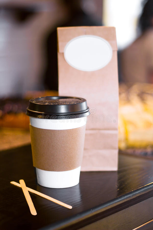 Wegwerfpapiertasse kaffee oder Tee stockfotos