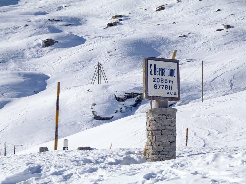 Wegwijzer van Alpiene pas royalty-vrije stock fotografie