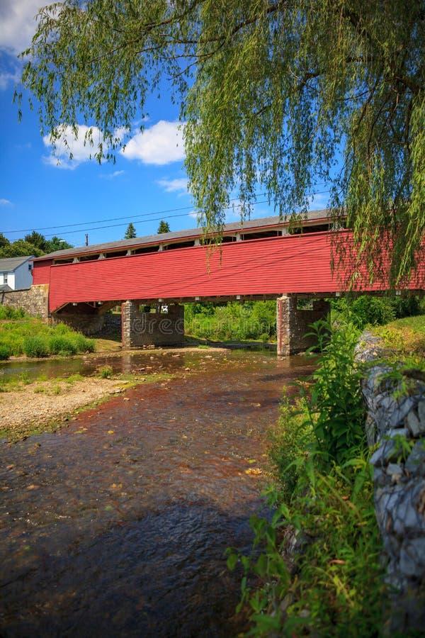 Wehr-überdachte Brücke lizenzfreies stockbild
