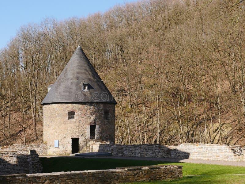 Wehr-Turm eines mittelalterlichen Tal Schlosses, gut wieder hergestellt Errichtet vom Steinbruchstein, das Dach bedeckt mit Schie lizenzfreie stockfotografie