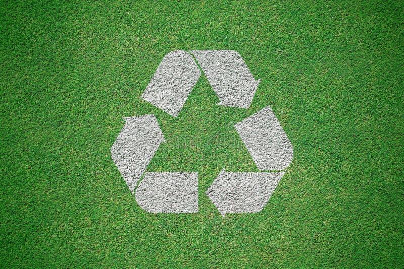 Weiß bereitet das Logo auf, das auf grüner Rasenfläche von der Draufsicht gemalt wird r stockfotografie