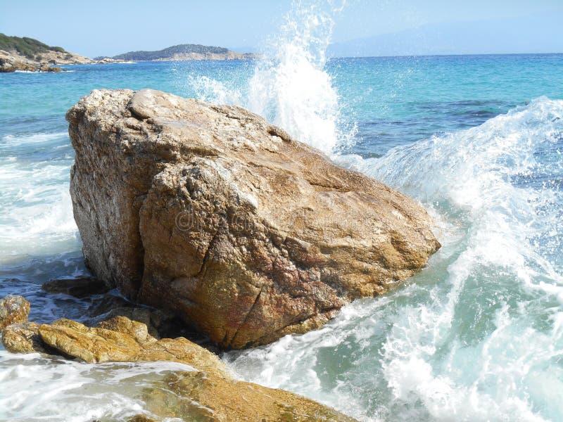 Weiß bewegt das Einsteigen in Felsen, Meer wellenartig lizenzfreies stockbild