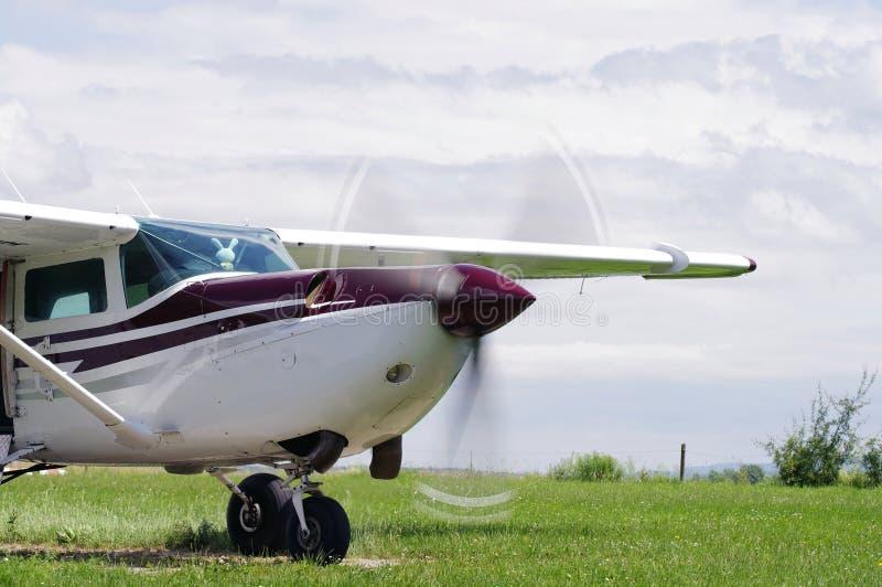 Weiß-Burgunder Flugzeug lizenzfreies stockbild