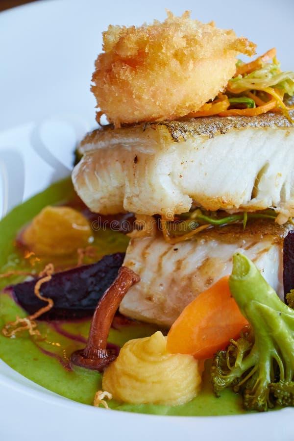 Weiß dämpfte Pikeperchfische in der grünen Pestosoße mit Gemüse für dämpfenden Brokkoli, Karotten, rote Rüben, Pilze, Kartoffelpü stockbild