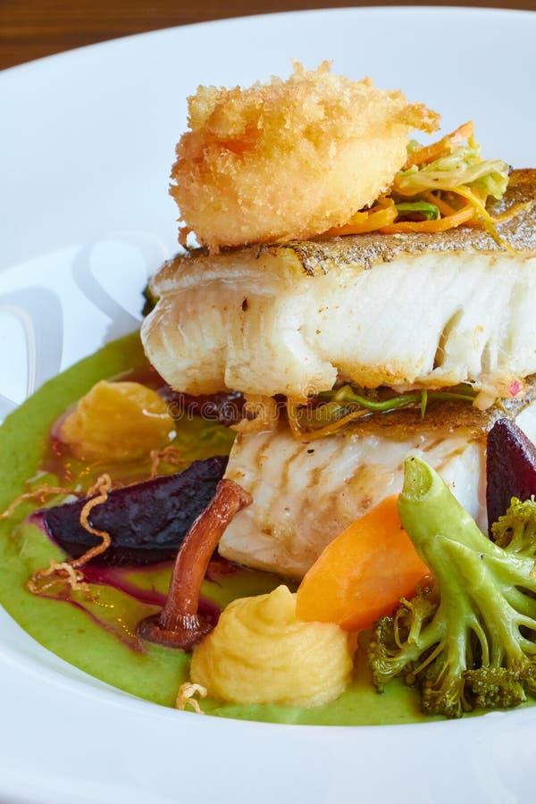 Weiß dämpfte Pikeperchfische in der grünen Pestosoße mit Gemüse für dämpfenden Brokkoli, Karotten, rote Rüben, Pilze, Kartoffelpü stockfoto