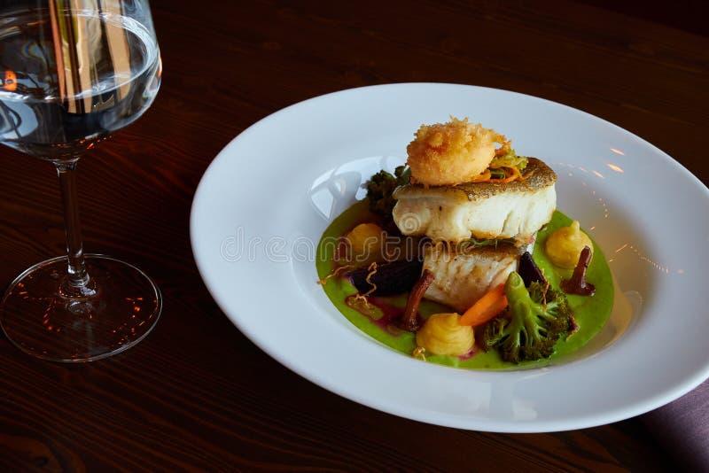 Weiß dämpfte Pikeperchfische in der grünen Pestosoße mit Gemüse für dämpfenden Brokkoli, Karotten, rote Rüben, Pilze, Kartoffelpü stockfotografie