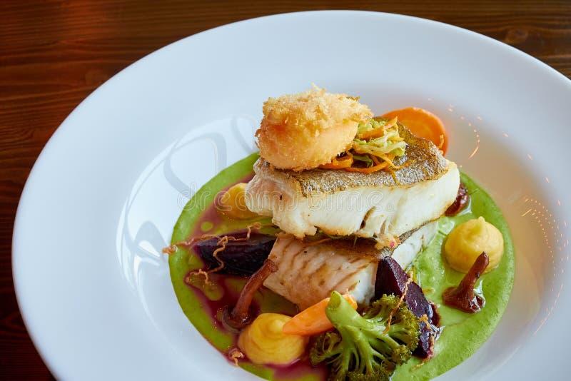 Weiß dämpfte Pikeperchfische in der grünen Pestosoße mit Gemüse für dämpfenden Brokkoli, Karotten, rote Rüben, Pilze, Kartoffelpü stockbilder
