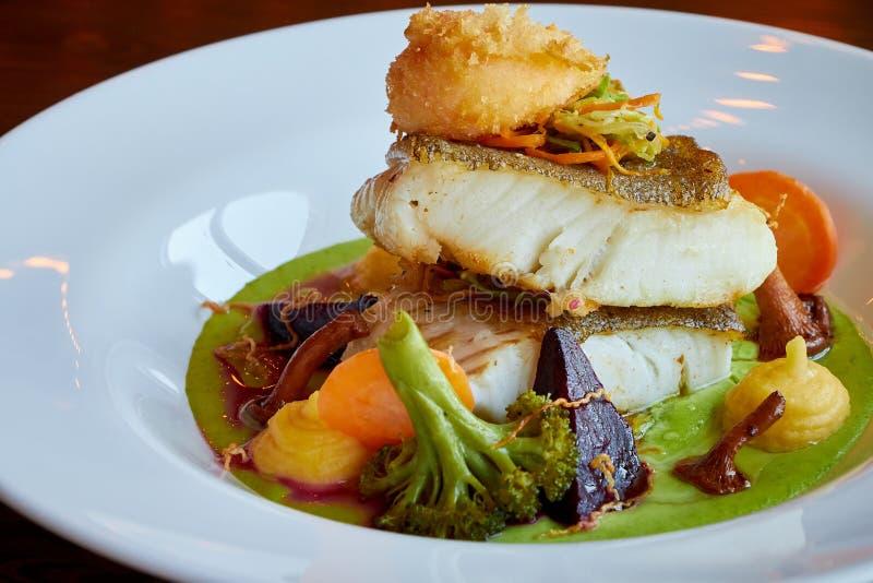 Weiß dämpfte Pikeperchfische in der grünen Pestosoße mit Gemüse für dämpfenden Brokkoli, Karotten, rote Rüben, Pilze, Kartoffelpü stockfotos