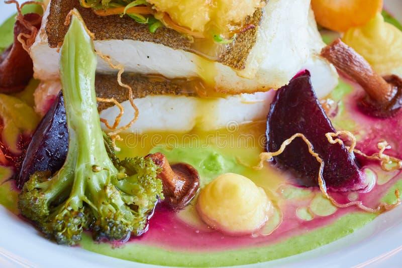 Weiß dämpfte Pikeperchfische in der grünen Pestosoße mit Gemüse für dämpfenden Brokkoli, Karotten, rote Rüben, Pilze, Kartoffelpü lizenzfreie stockfotografie
