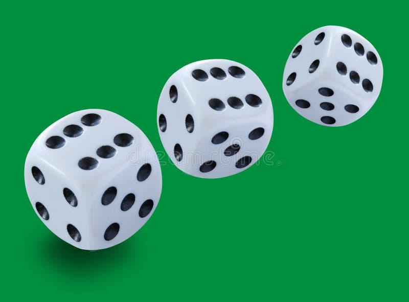 Weiß drei würfelt von der unterschiedlichen Größe, die in ein yatzy Mistspiel geworfen wird, oder in irgendeine Art Würfelspiel g lizenzfreie stockfotografie
