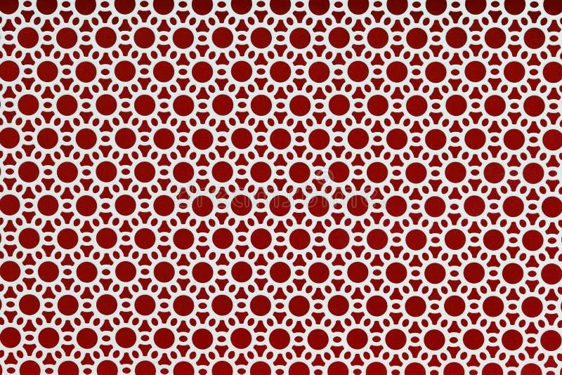 Weiß durchlöcherte Stahlplatte auf rotem Hintergrund stock abbildung