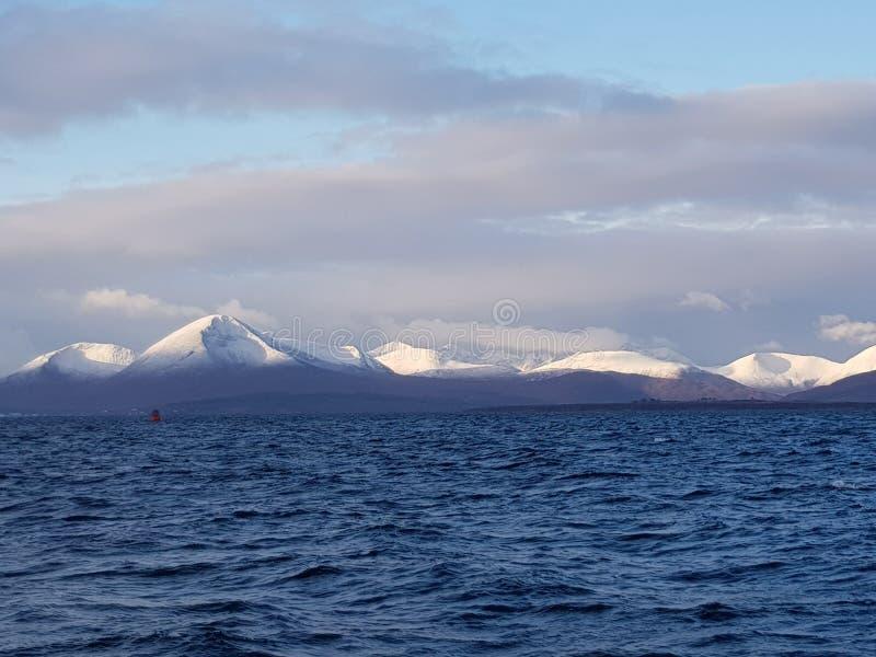 Weiß gespitzte Berge lizenzfreies stockbild