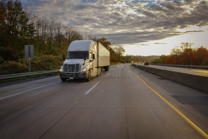 Weiß-halb LKW auf Straße lizenzfreie stockfotografie