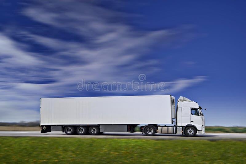 Weiß-halb LKW auf Straße lizenzfreie stockfotos