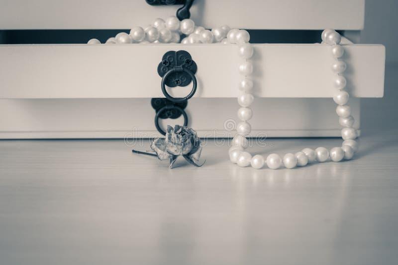Weiß perlt Halskette in der hölzernen Schatulle stockfoto