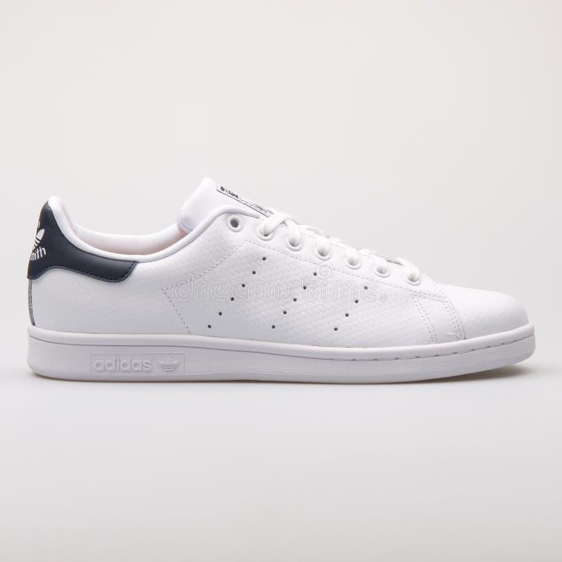 Weiß- und Marineblauturnschuh Adidass Stan Smith lizenzfreie stockfotografie
