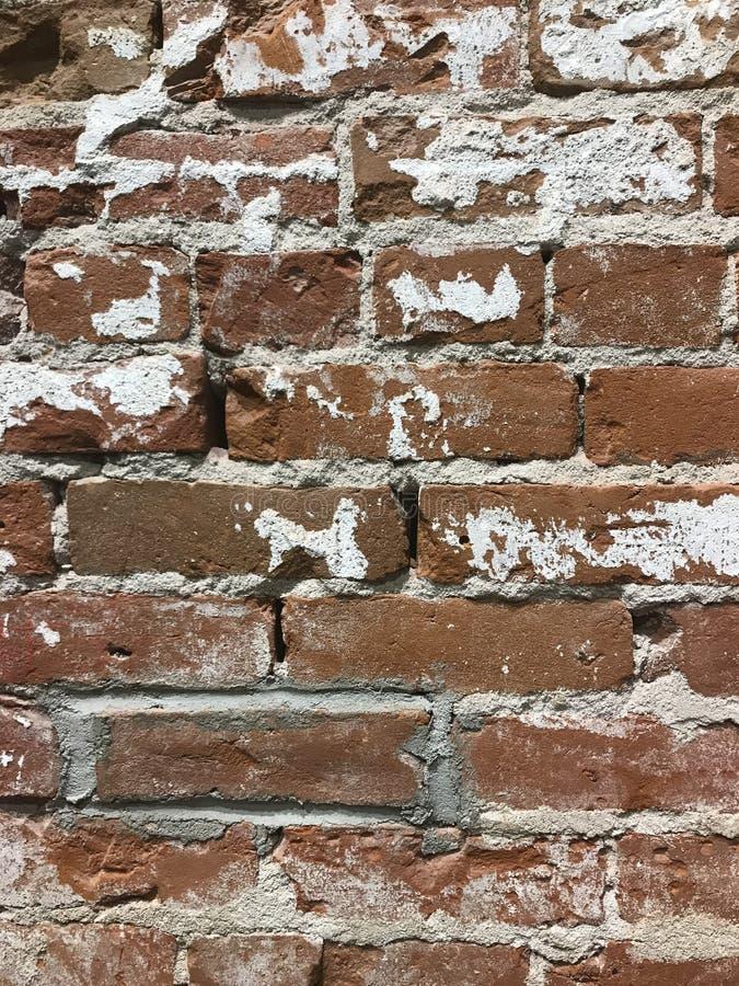 Weiß und Rot warnen Backsteinmauer stockfotos