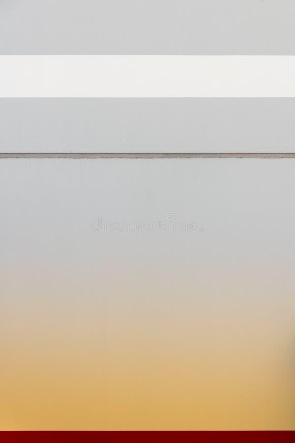 Weiß und roter Streifen mit orangefarbenem Übergang an der Wand stockbilder