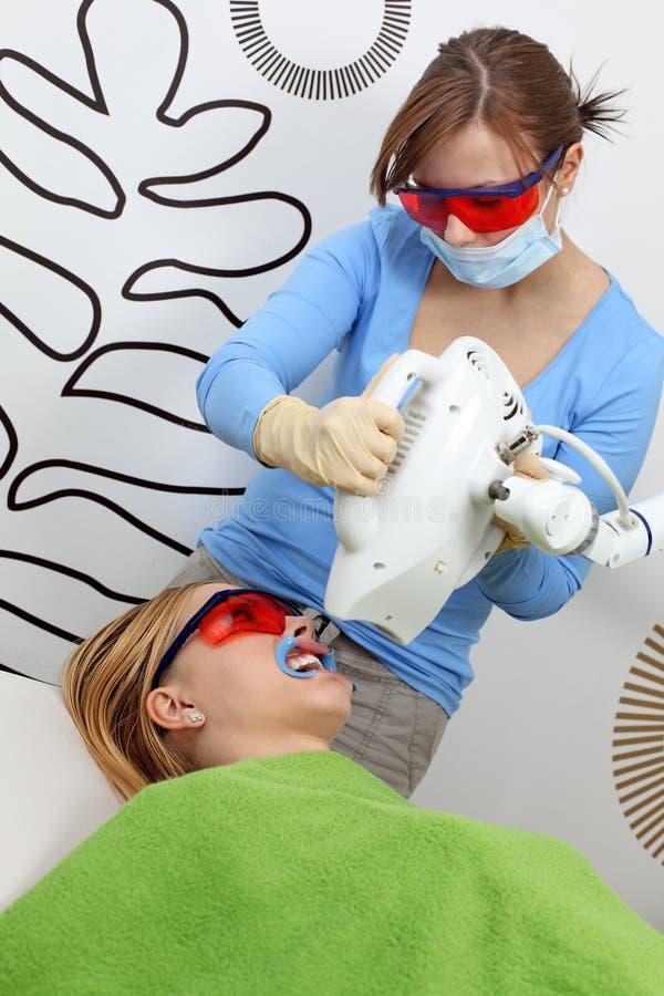 Weiß werdene Zähne lizenzfreie stockfotografie