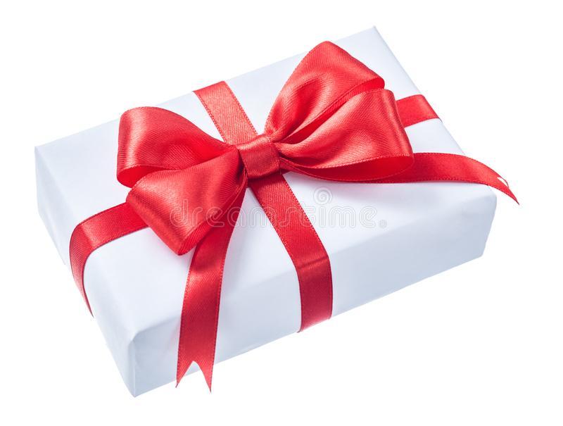 Weiß wickelte Präsentkarton mit dem roten Band ein, das auf Weiß lokalisiert wurde lizenzfreie stockfotografie
